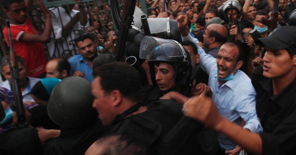 17.ago.2013 - Policiais escoltam membros da Irmandade Muçulmana que estavam dentro da mesquita al-Fath, no Cairo (Egito). Apoiadores de Mohamed Mursi, presidente deposto em julho deste ano, estavam dentro do local para planejar novos protestos contra o governo atual