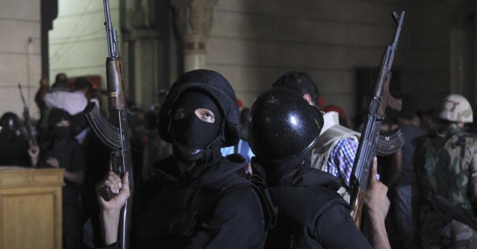 17.ago.2013 - Policiais fazem guarda na entrada da mesquita al-Fath, onde houve troca de tiros entre as forças do governo e partidários da Irmandade Muçulmana que estão refugiados no prédio religioso