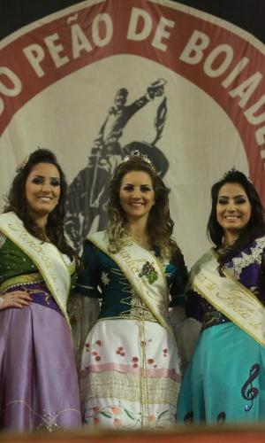 17.ago.2013 - Rainha (ao centro) e princesas da Festa da Uva da Festa do Peão de Barretos, no interior de São Paulo, posam para foto usando faixa e coroa