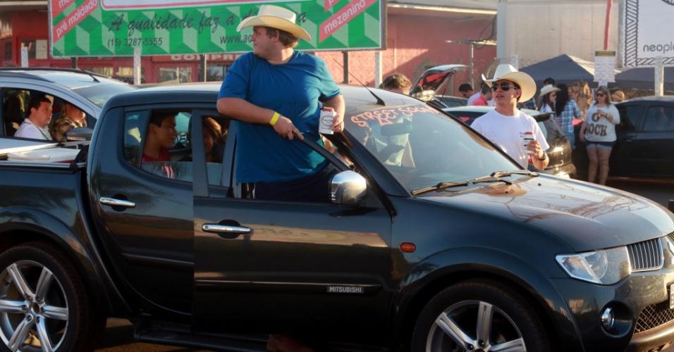 """17.ago.2013 - Rapaz de chapéu sobe na porta da caminhonete durante """"esquenta"""", neste sábado (17), na avenida 43, em Barretos (SP), onde acontece a 58ª edição da Festa do Peão"""
