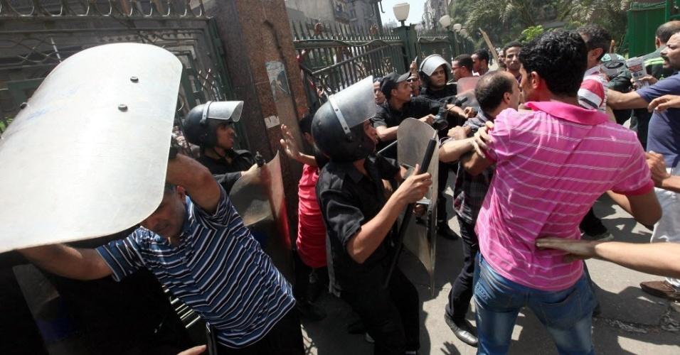17.ago.2013 - Seguidores do presidente deposto Mohammed Mursi são atacados por forças de segurança do lado de fora da mesquita al-Fathed, no Cairo. Cerca de 700 integrantes da Irmandade Muçulmana buscaram refúgio no edifício religioso na capital do país após a matança promovida pelo governo local