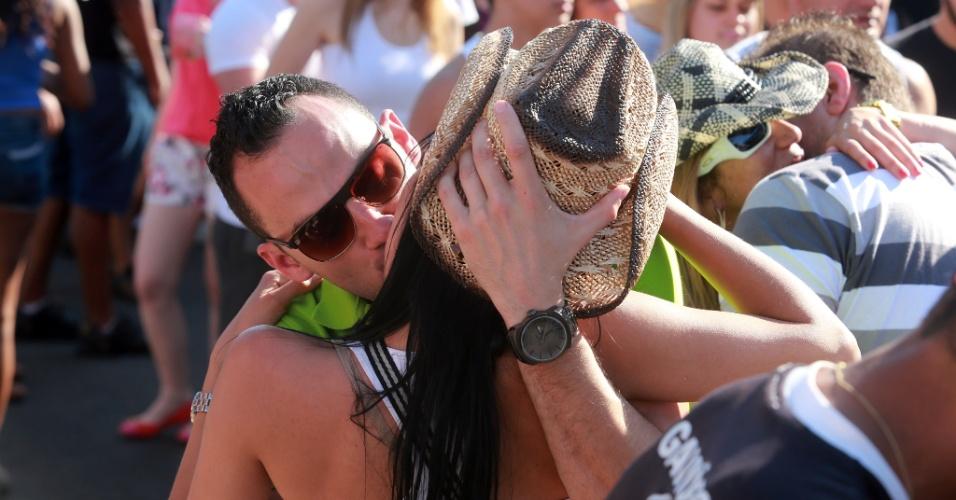 """17.jun.2013 - Casal se beija durante """"esquenta"""" na Avenida 43, em Barretos (SP), cidade que abriga a 58ª edição da Festa do Peão. Clima de paquera e """"pegação"""" faz frente às micaretas e carnaval"""