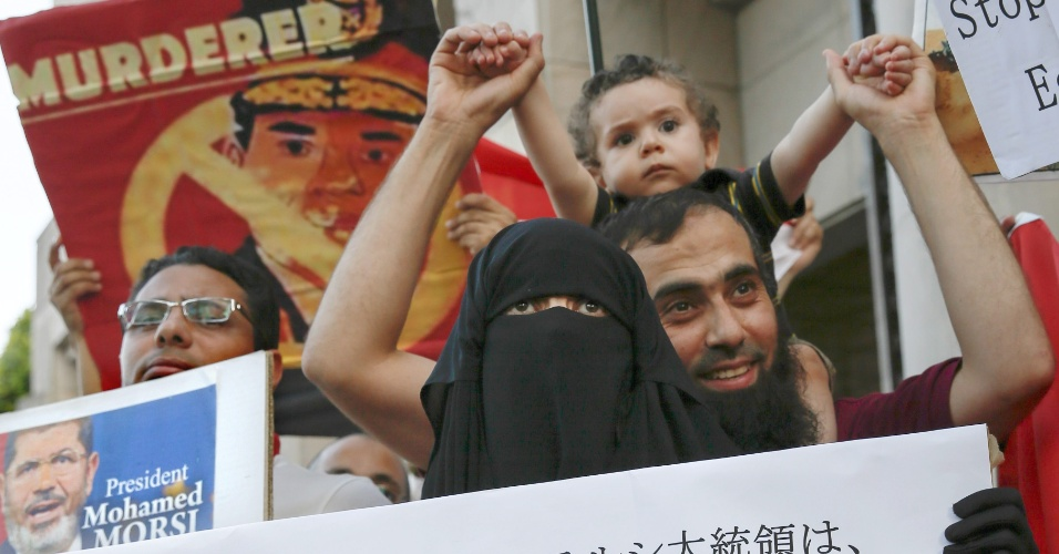 18.ago.2013 - Egípcios que vivem no Japão protestam neste domingo, na embaixada do Egito em Tóquio, contra o governo interino instaurado no país após a queda do presidente Mohammed Mursi
