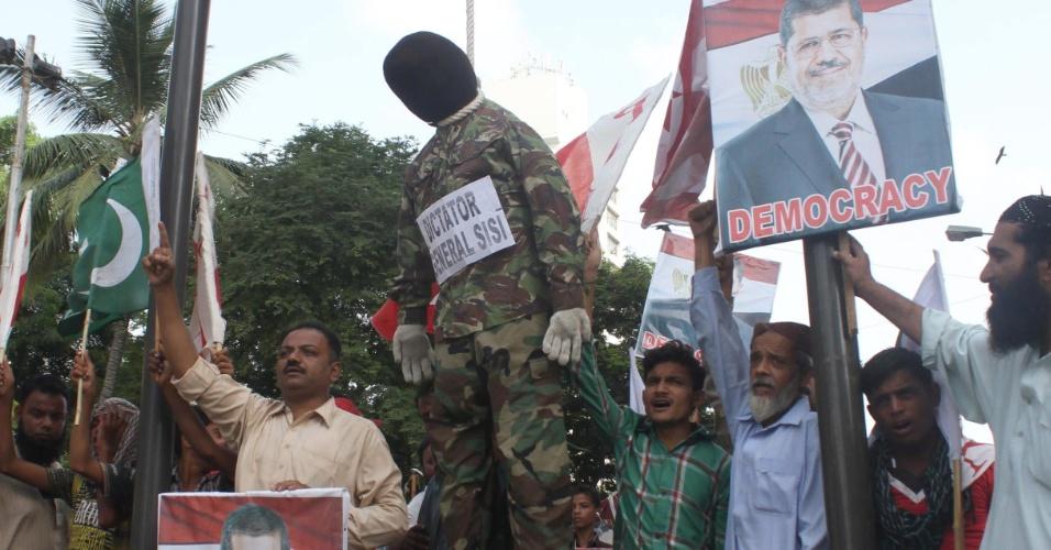 18.ago.2013 - Em Karachi, no Paquistão, pessoas protestam contra o governo interino instaurado no Egito após a queda do presidente Mohammed Mursi, e contra a violência no país