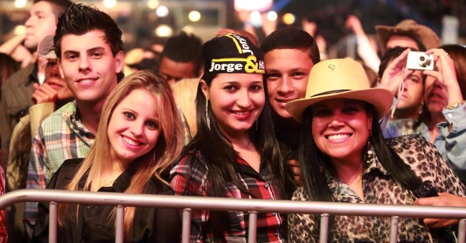 18.ago.2013 - Grupo posa para foto enquanto se diverte no show dos sertanejos Jorge e Mateus segundo dia da Festa do Peão de Barretos, no interior de São Paulo