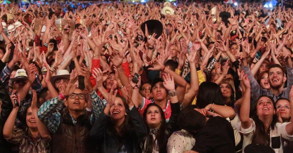 18.ago.2013 - Paulistas e turistas se divertem no show do funkeiro Naldo na Festa do Peão de Barretos, no interior de São Paulo