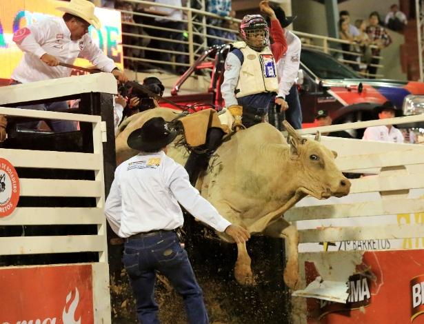 18.ago.2013 - Peão é jogado de dorso do touro durante prova de montaria na Festa do Peão de Barretos, realizada no interior de São Paulo
