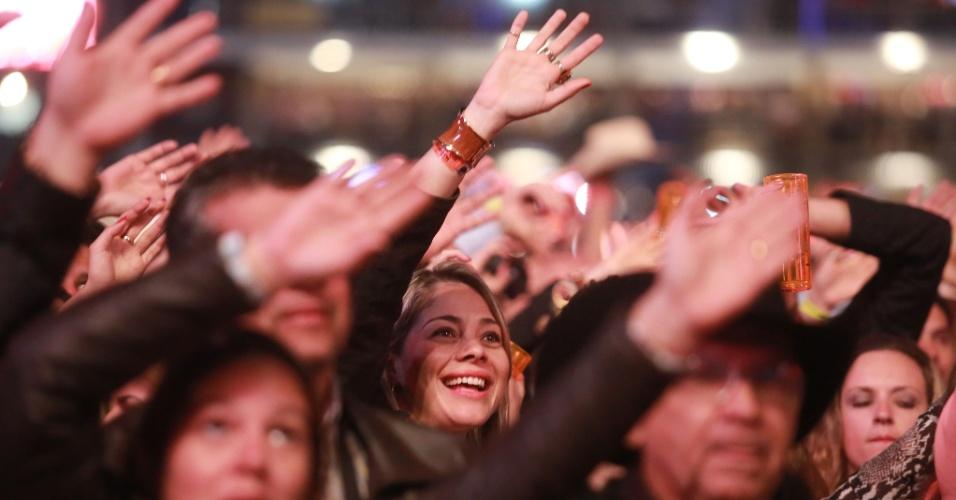 18.ago.2013 - Pessoas lotam a arena do Barrentão (Parque do Peão), em Barretos, no interior de São Paulo, para acompanhar o show dos sertanejos Jorge e Mateus, na noite deste sábado (17), segundo dia da Festa do Peão