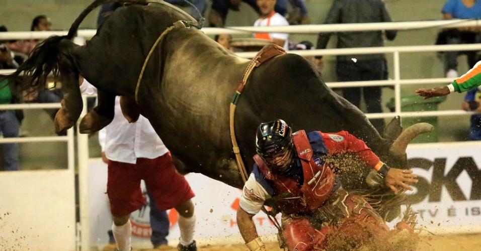 18.ago.2013 - Touro atinge peão durante prova de montaria na Festa do Peão de Barretos, realizada no interior de São Paulo