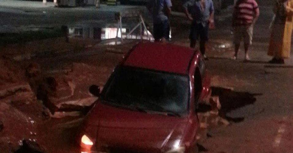 18.ago.2013 - Rompimento de tubulação abriu cratera na avenida Engenheiro Roberto Freire, na zona Sul de Natal, na pista no sentindo Ponta Negra-Centro