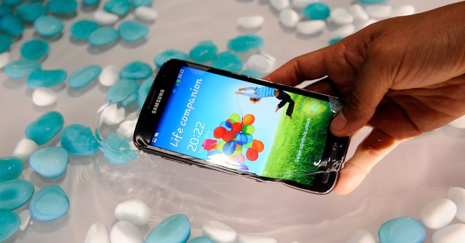 19.ago.2013 - A Samsung anunciou nesta segunda-feira o início das vendas do smartphone Galaxy S4 Active no Brasil por R$ 2.299 (preço sugerido). O aparelho, voltado para quem gosta de aventuras, conta com reforço na estrutura física. Isso, diz a Samsung, permite que seja possível tirar fotos com o smartphone submerso na água e que ele aguente até 30 minutos afundado em um taque de até um metro de profundidade.