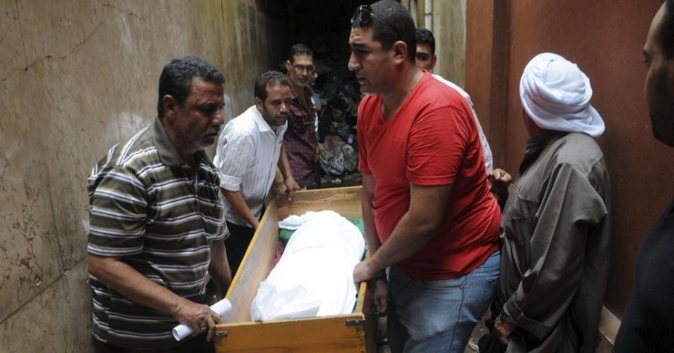 19.ago.2013 - Homens carregam caixão com corpo de simpatizante da organização islâmica Irmandade Muçulmana, em necrotério do Cairo, no Egito, nesta segunda-feira (19). O manifestante morreu durante tentativa de fuga. A Irmandade Muçulmana denunciou a detenção de pelo menos 400 de seus dirigentes nos três últimos dias. A organização também acusou as autoridades egípcias de terem torturado e carbonizado 36 detidos que estavam sendo levados para uma prisão