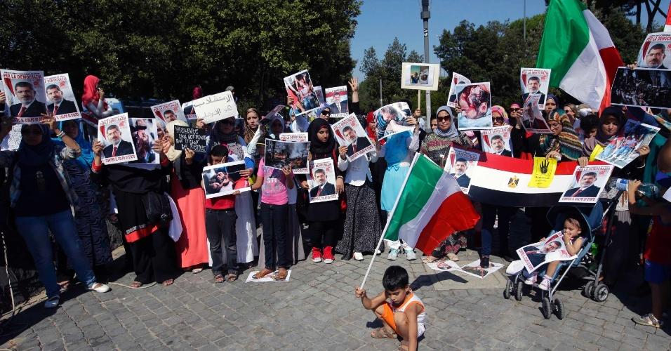 19.ago.2013 - Mulheres protestam em apoio ao presidente deposto do Egito, Mohamed Mursi, em Roma, Itália