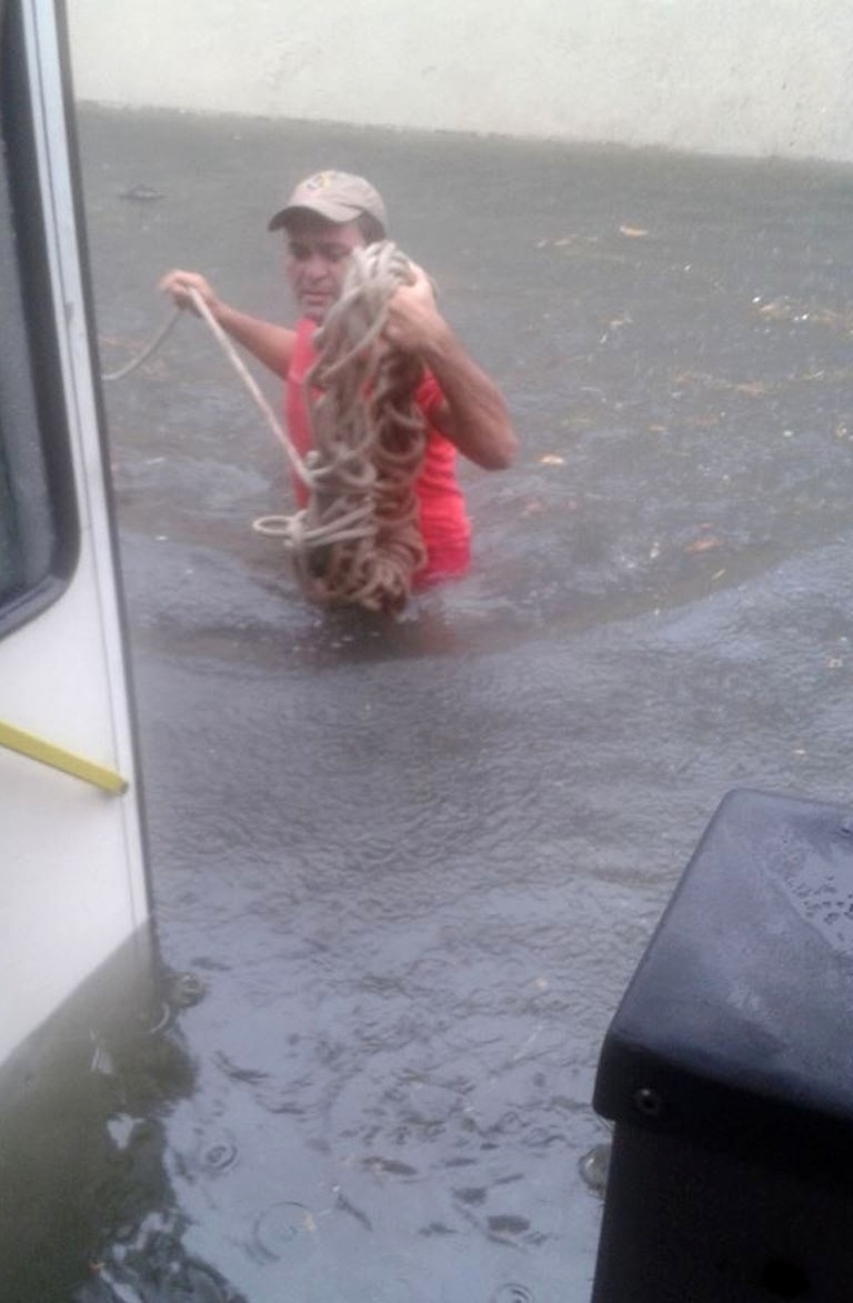 19.ago.2013 - Passageiros ficam ilhados dentro de ônibus na avenida Capitão-Mor Gouveia, em Natal, por causa de alagamento e são resgatados pelo Corpo de Bombeiros