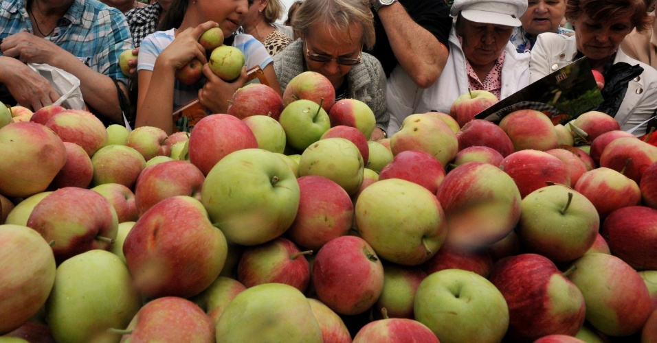 16.ago.2013 - A mudança climática está afetando o sabor e a textura das maçãs, mostram dados reunidos entre 1970 e 2010 em dois pomares do Japão, que produzem as variedades Fuji e Tsugaru, as mais populares do mundo. A análise do Instituto Nacional de Ciência das Árvores Frutíferas, em Fujimoto, mostrou uma redução na acidez, na firmeza e no pingo de mel (uma doença que faz com que áreas encharcadas de água surjam na polpa da fruta), mas um aumento na concentração de açúcar, deixando a maça mais doce com o passar do tempo