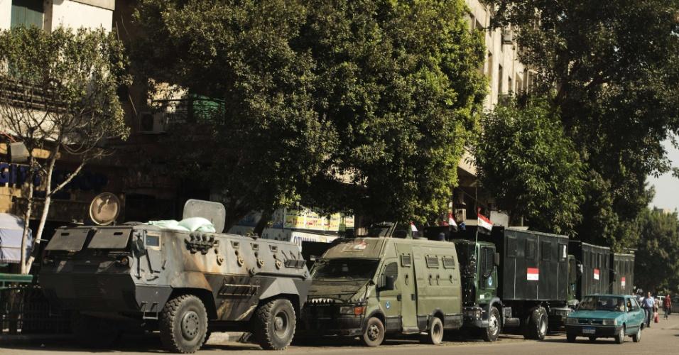 20.ago.13 - Caminhões e tanques do Exército egípcio fazem guarda em rua de acesso à praça Tahrir, no centro do Cairo. O governo do país tenta controlar a onda de protestos que se deu após a queda do presidente eleito Mohammmed Mursi, do partido islâmico Irmandade Muçulmana