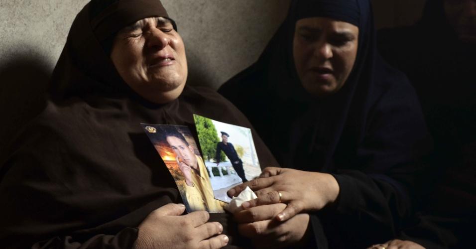 20.ago.13 - Mãe de policial egípcio morot em ataque a dois ônibus com suprimentos militares em Rafah, no Sinai, lamenta a morte do filho. Crise no país se agravou na última semana, após uma série de protestos após a queda do presidente eleito Mohammed Mursi