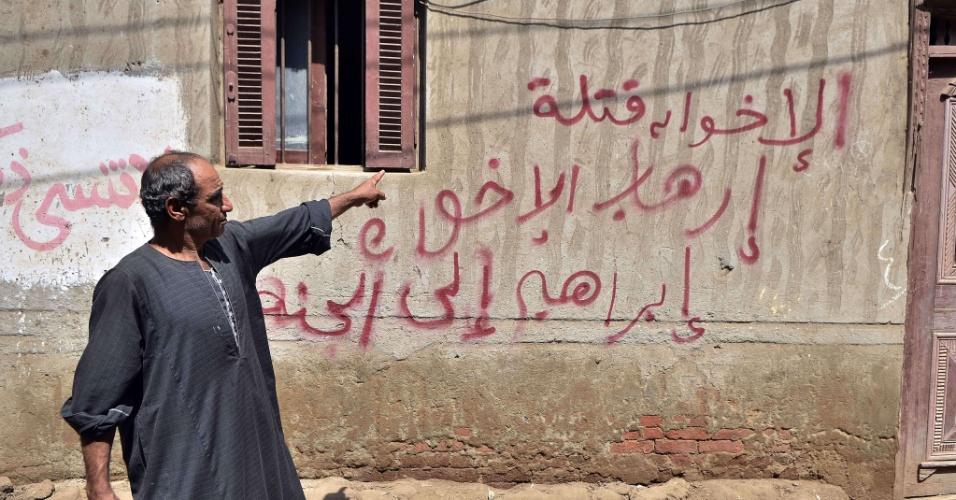20.ago.13 - Parente do policial egípcio Ibrahem Nasr, morto após um ataque em Rafah, na fronteira com a Faixa de Gaza, que matou 24 pessoas. Militantes dispararam granadas dois ônibus com suprimentos militares, segundo fontes oficiais