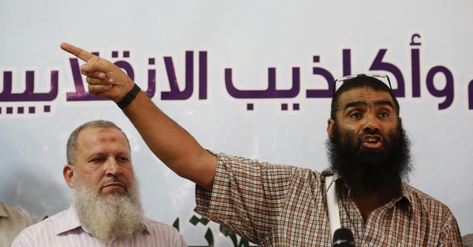 20.ago.13 - Youssef Imam, membro do partido islâmico Irmandade Muçulmana, fala durante uma coletiva de imprensa no Cairo após o Exército Egípcio prender o líder da organização Mohammed Badie nesta terça-feira (20)