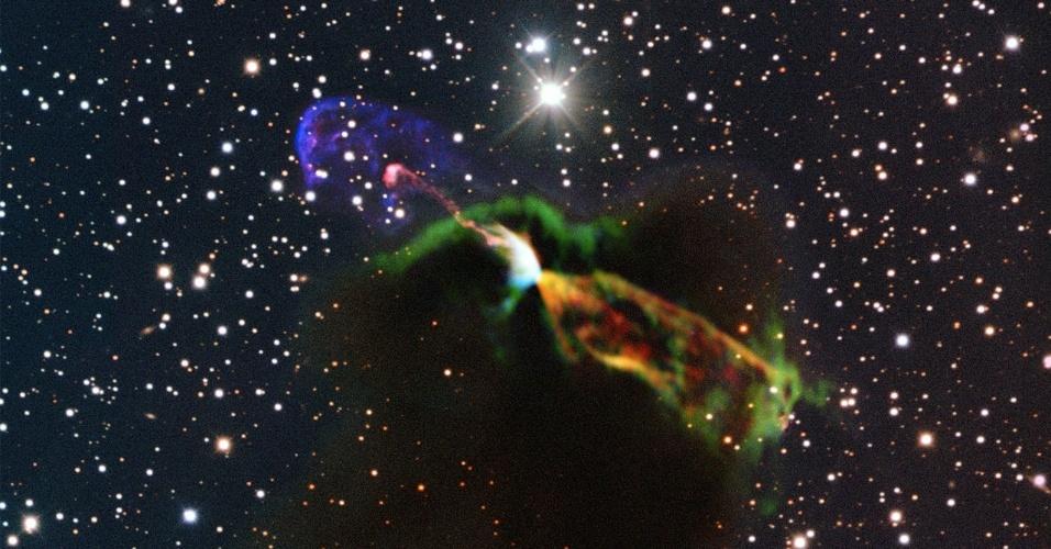 20.ago.2013 - O maior radiotelescópio do mundo, o ALMA (Atacama Large Millimeter/submillimeter Array), registrou detalhes inéditos do nascimento de uma estrela ao observar por apenas cinco horas a Harbig-Haro 46/47, que fica a 1.400 anos luz de distância, na constelação da Vela. O equipamento registrou o instante em que a estrela recém-nascida soltou jatos de matéria muito energéticos (manchas laranjas e verdes), que são impossíveis de serem vistos em luz visível devido ao obscurecimento provocado pelas nuves de poeira e gás que rodeiam o astro. Já as manchas rosas e roxas indicam a parte visível do espectro que estão vindo em nossa direção, conforme registro do NTT, outro telescópio operado pelo Observatório Europeu do Sul (ESO, na sigla em inglês)