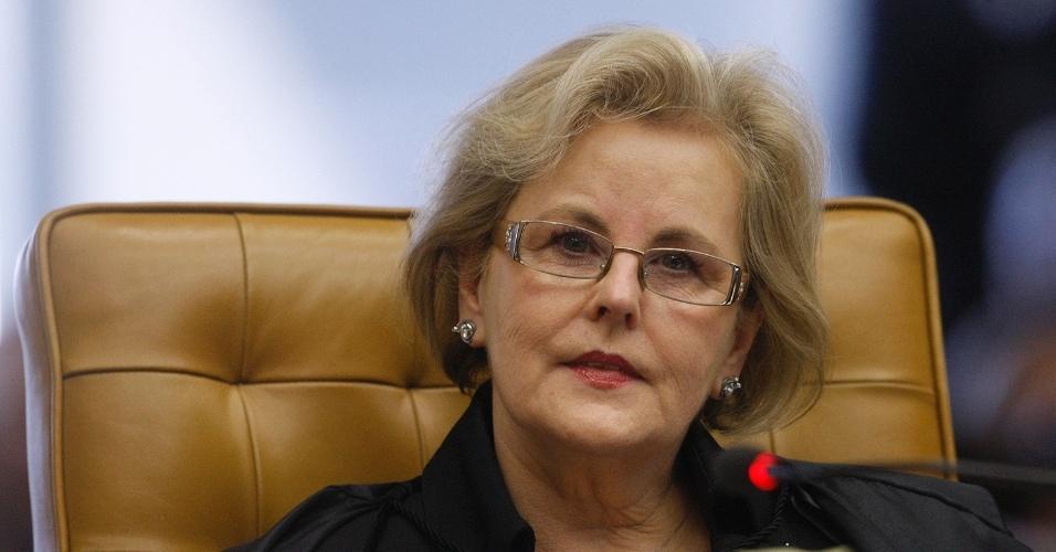 21.ago.2013 - A ministra do STF (Supremo Tribunal Federal) Rosa Weber atenta aos pronunciamentos no julgamento dos embargos de declaração apresentados pelas defesas dos réus condenados na Ação Penal 470, conhecida como mensalão