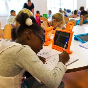 21.ago.2013 - Alunos utilizam tablets no primeiro dia de aula da primeira unidade do Colégio Steve Jobs, em Sneek, no norte da Holanda