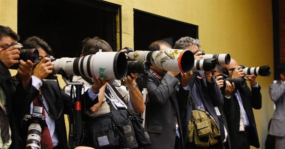 21.ago.2013 - Fotógrafos registram no STF (Supremo Tribunal Federal) os momentos do julgamento os embargos de declaração apresentados pelas defesas dos réus condenados na Ação Penal 470, conhecida como mensalão, nessa quarta-feira (21)