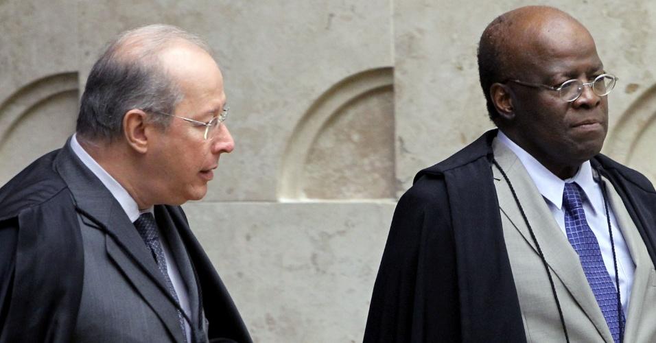 21.ago.2013 - O ministro do STF (Supremo Tribunal Federal) Celso de Mello e o presidente da casa, ministro Joaquim Barbosa, durante retorno a sessão do julgamento dos embargos declaratórios da Ação Penal 470, conhecido como mensalão, nesta quarta-feira (21)