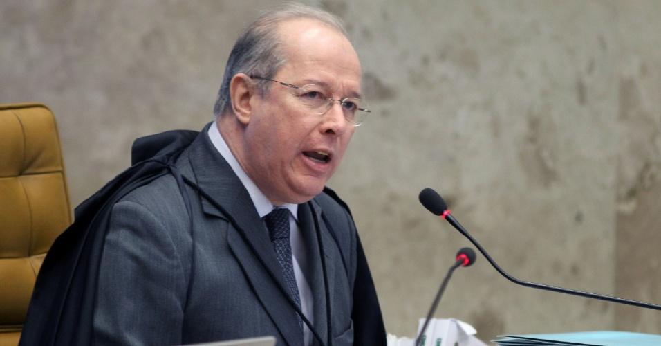 21.ago.2013 - O ministro do STF (Supremo Tribunal Federal) Celso de Mello faz pronunciamento no início da sessão desta quarta-feira (21) do julgamento dos embargos declaratórios da Ação Penal 470, conhecida como mensalão