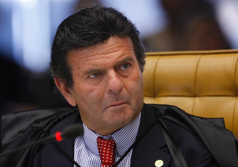 21.ago.2013 - O ministro do STF (Supremo Tribunal Federal) Luiz Fux atenta aos pronunciamentos no julgamento dos embargos de declaração apresentados pelas defesas dos réus condenados na Ação Penal 470, conhecida como mensalão, nessa quarta-feira (21)