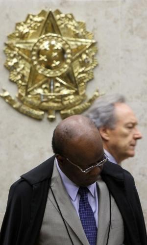 21.ago.2013 - o ministro do STF (Supremo Tribunal Federal) Ricardo Lewandowski passa pelo presidente da casa, Joaquim Barbosa, antes da abertura da sessão desta quarta-feira (21) do julgamento do mensalão. Os dois trocaram farpas na sessão da semana passada