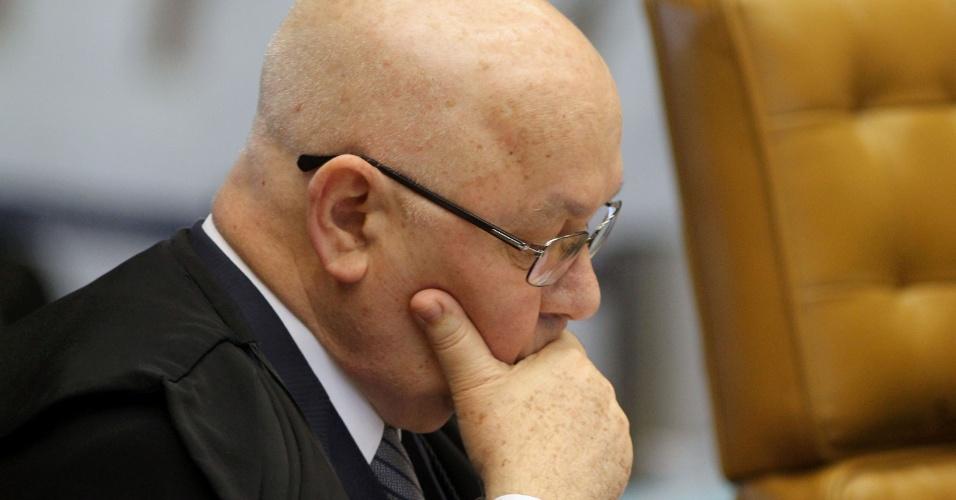 21.ago.2013 - O ministro do STF (Supremo Tribunal Federal) Teori Zavascki atenta aos pronunciamentos dos demais magistrados durante sessão do julgamento dos embargos declaratórios da Ação Penal 470, conhecida como mensalão, nesta quarta-feira (21)