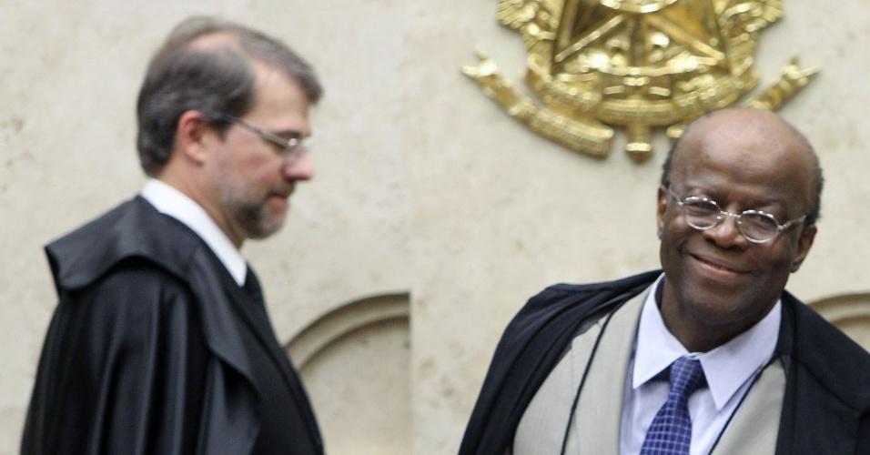 21.ago.2013 - O ministro Joaquim Barbosa, presidente do STF (Supremo Tribunal Federal), sorri durante sessão do julgamento dos embargos declaratórios da Ação Penal 470, conhecido como mensalão, nesta quarta-feira (21). Atrás dele está o ministro Dias Toffoli