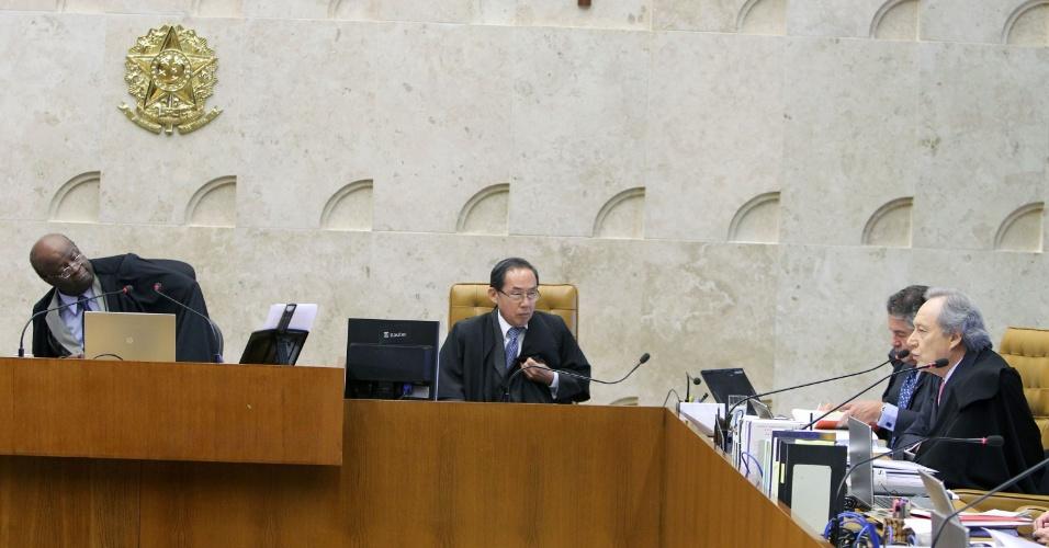 21.ago.2013 - O presidente do STF (Supremo Tribunal Federal), Joaquim Barbosa, escuta o pronunciamento do vice-presidente da casa, Ricardo Lewandowski, durante o julgamento dos embargos declaratórios da Ação Penal 470, conhecida como mensalão