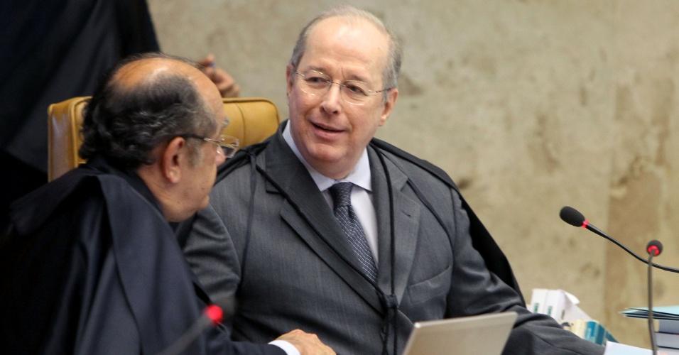 21.ago.2013 - Os ministros do STF (Supremo Tribunal Federal) Gilmar Mendes (à esq.) e Celso de Mello (à dir) conversam sobre os embargos declaratórios da Ação Penal 470, conhecida como mensalão, durante sessão realizada nesta  quarta-feira (21)
