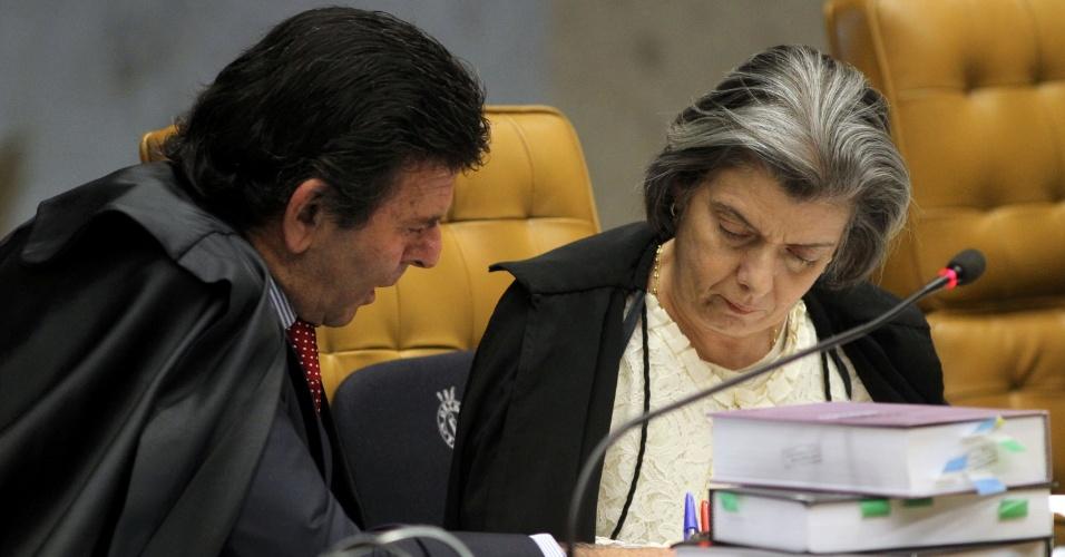 21.ago.2013 - Os ministros do STF (Supremo Tribunal Federal) Luiz Fux e Cármem Lúcia analisam informações durante julgamento dos embargos declaratórios da Ação Penal 470, conhecido como mensalão, nesta quarta-feira (21).