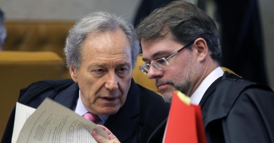 21.ago.2013 - Os ministros do STF  (Supremo Tribunal Federal) Ricardo Lewandowski e Dias Toffoli conversam sobre os recursos declaratórios da Ação Penal 470, conhecida como mensalão, durante sessão realizada nesta  quarta-feira (21)