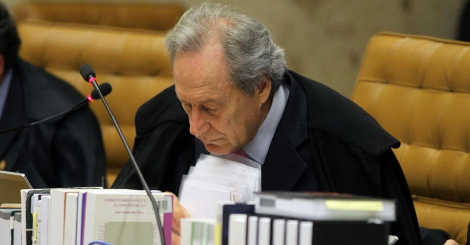 21.ago.2013 - Ricardo Lewandowski analisa papéis durante sessão do julgamento dos embargos declaratórios da Ação Penal 470, conhecido como mensalão, nesta quarta-feira (21). Atrás dele está o ministro Dias Toffoli