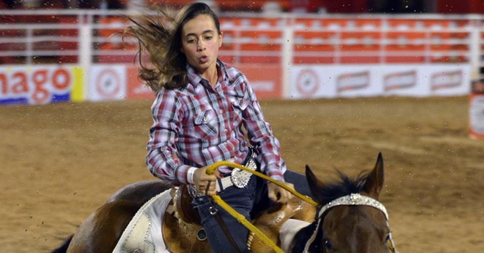 21.ago.2013 - Menina participa de montaria em cavalo na 58ª Festa do Peão de Boiadeiro de Barretos, em São Paulo