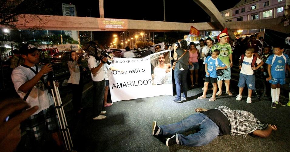 22.ago.2013 - Grupo de manifestantes se reúne próximo à passarela diante da favela da Rocinha, no Rio de Janeiro, em protesto contra o desparecimento de Amarildo, na noite desta quinta-feira (22). Deste ponto, o grupo de cerca de 150 pessoas percorreu bairros da zona do sul da cidade, se manifestando diante da casa do governador Sérgio Cabral
