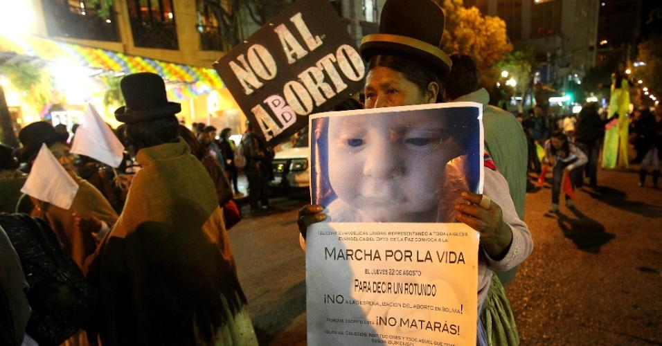 22.ago.2013 - Milhares de pessoas, a maioria vinculada às igrejas Católica e Evangélica, protestam nesta quinta-feira (22) em La Paz (Bolívia) contra proposta de descriminalização do aborto no país, em estudo no Tribunal Constitucional boliviano