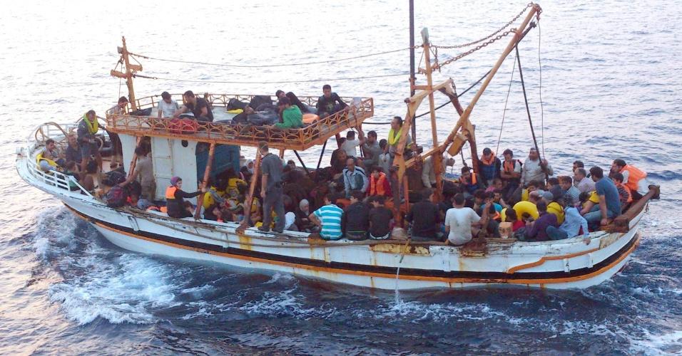 23.ago.13 - Cerca de 125 refugiados sírios são resgatados em um barco pelas autoridades marítimas na costa de Siracusa, na Itália, nesta sexta-feira (23)