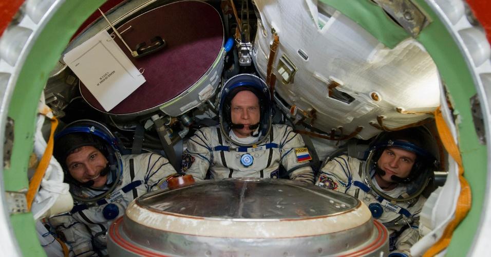 23.ago.13 - Da esq. para a dir., o astronauta norte-americano Michael Hopkins e os cosmonautas russos Oleg Kotov e Sergey Ryazanskiy participam de treinamento na Cidade das Estrelas, centro espacial nos arredores de Moscou, nesta sexta-feira (23). Os três farão parte de uma missão à Estação Espacial Internacional prevista para setembro