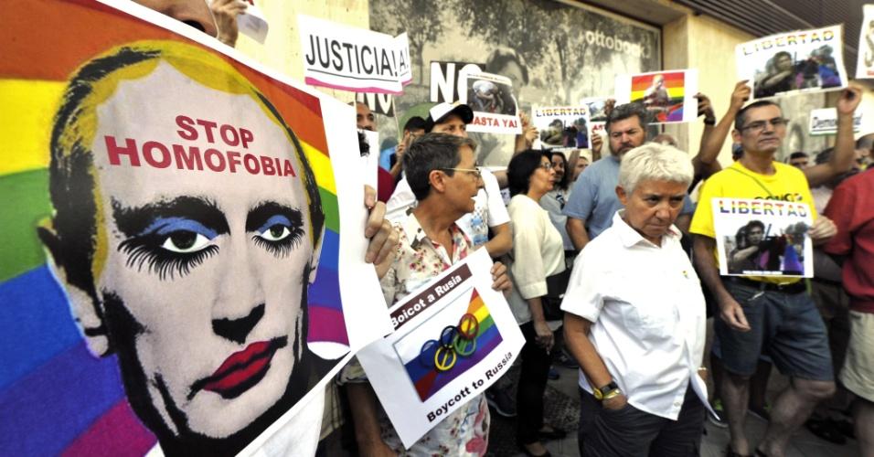 23.ago.13 - Espanhóis seguram cartaz com foto do presidente Vladimir Putin usando maquiagem em uma manifestação contra a homofobia em frente à embaixada russa em Madri nesta sexta-feira (23). O país é alvo de uma série de protestos após a aprovação, em junho, de lei que impõe multas a quem promover passeatas de orgulho gay na Rússia