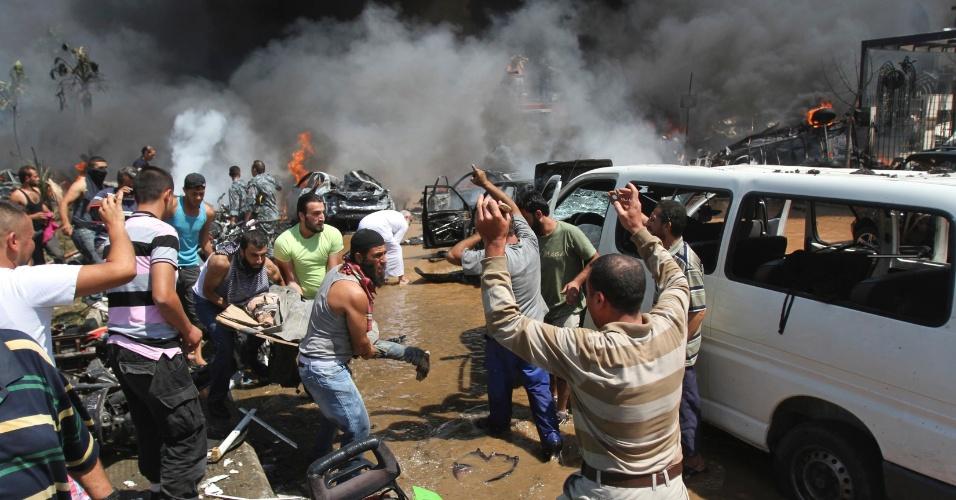 23.ago.13 - Libaneses se desesperam após ataque a duas mesquitas sunitas na cidade de Trípoli, no norte do país. Pelo menos 27 pessoas morreram após explosões nas proximidades de duas mesquitas sunitas na cidade libanesa de Trípoli nesta sexta-feira (23). Um deles atingiu o centro da cidade, próximo à residência do primeiro-ministro Najib Mikati