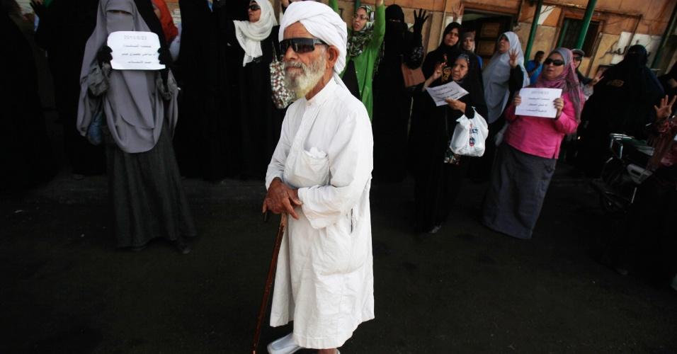 23.ago.13 - Manifestantes a favor do partido islâmico Irmandade Muçulmana protestam em frente à mesquita de Al Tawheed, no Cairo, a capital do país. Eles pedem a libertação do presidente deposto Mohamed Mursi e criticam o governo provisório instaurado pelos militares