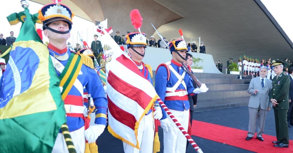 23.ago.13 - Militares do quartel-general do Exército, em Brasília, participam de solenidade do Dia do Soldado, nesta sexta-feira (23), que contou com a participação do ministro da Defesa, Celso Amorim. A data é comemorada no dia 25 de agosto, mas foi antecipada por cair este ano em um domingo