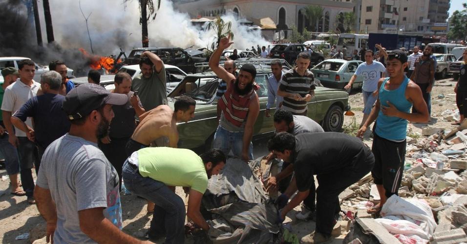 23.ago.13 - Pelo menos 27 pessoas morreram após explosões nas proximidades de duas mesquitas na cidade libanesa de Trípoli nesta sexta-feira (23). Um deles atingiu o centro da cidade, próximo à residência do primeiro-ministro Najib Mikati