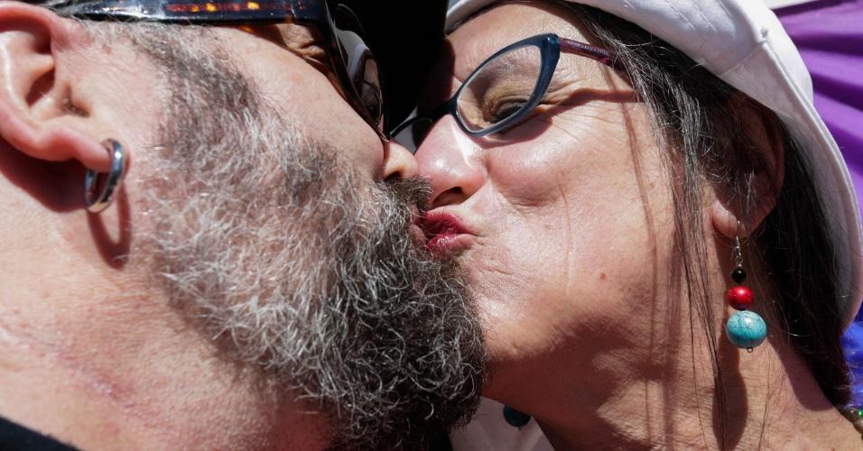 """23.ago.13 - O cartunista Laerte (dir.) participa de """"beijaço"""" LGBT em frente ao Consulado Geral da Rússia, na av. Lineu de Paula Machado, 1338, em São Paulo (SP), na manhã desta sexta-feira (23). O ato é uma forma de protesto pelos direitos e cidadania de lésbicas, gays, bissexuais, travestis e transexuais na Rússia, após a aprovação, em junho, de lei que impõe multas a quem promover passeatas de orgulho gay"""