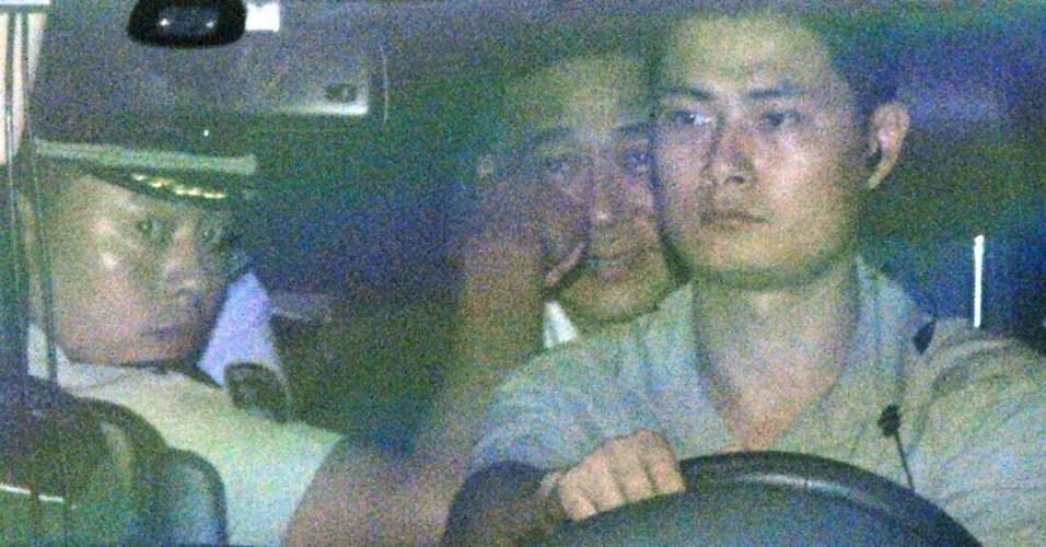 23.ago.13 - O ex-dirigente do Partido Comunista Chinês Bo Xilai (C) deixa o Tribunal de Jinan nesta sexta-feira (23), onde é julgado por corrupção, subornos e abuso de poder. Bo, que até março de 2012 almejava chegar ao Executivo central chinês, tornou-se réu devido ao escândalo surgido a partir da morte do empresário britânico Neil Heywood, em novembro de 2011